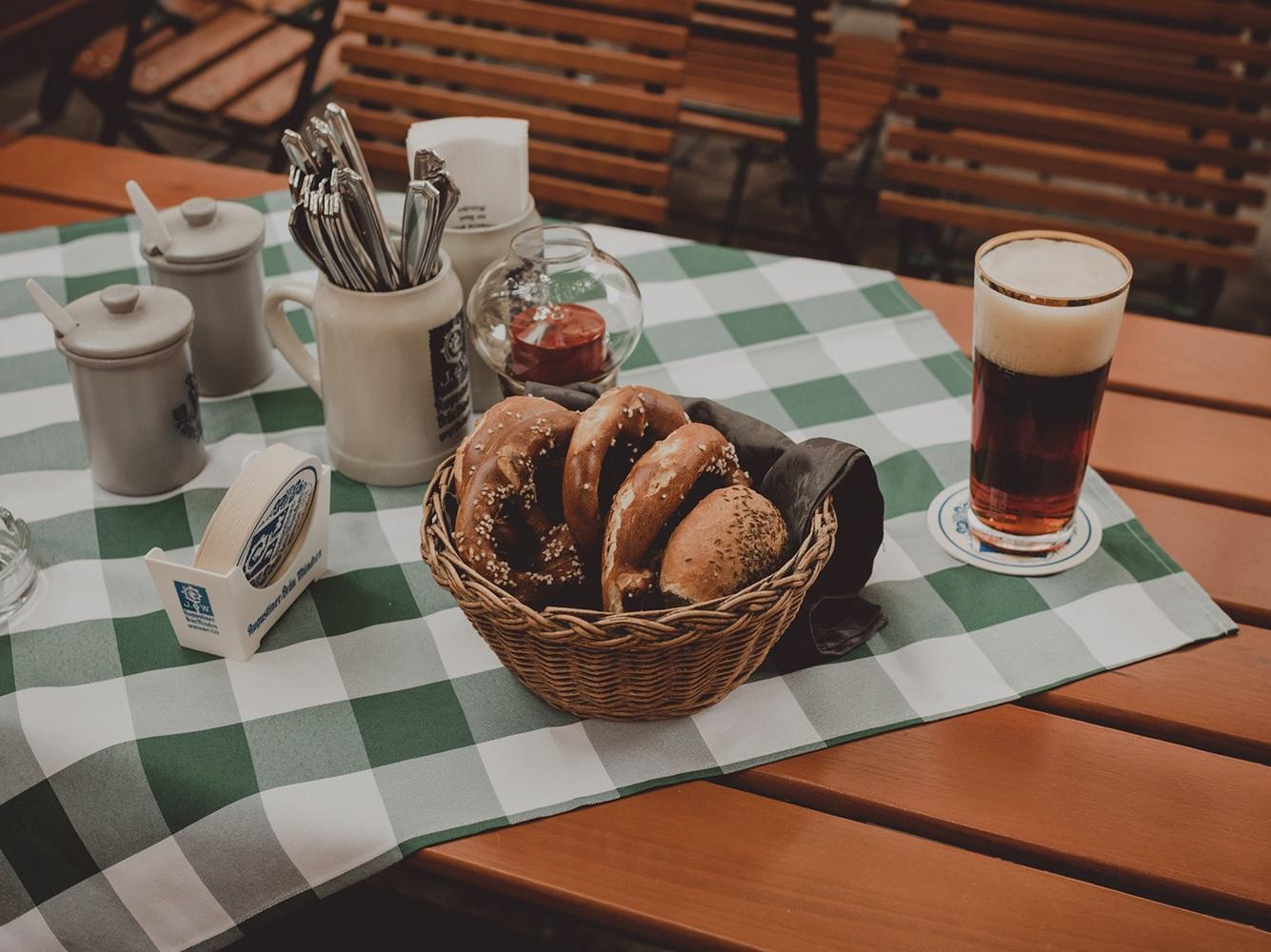 In diesen Wirtshäusern in und um Passau könnt ihr auch im Herbst noch in der warmen Sonne entspannen.
